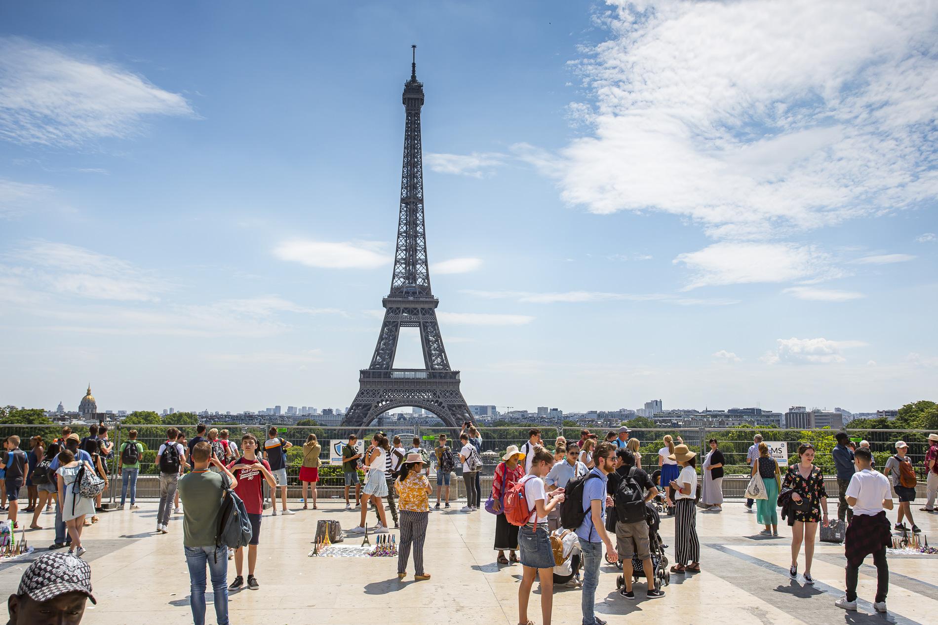 Imagen típica De la Torre Eiffel con turistas