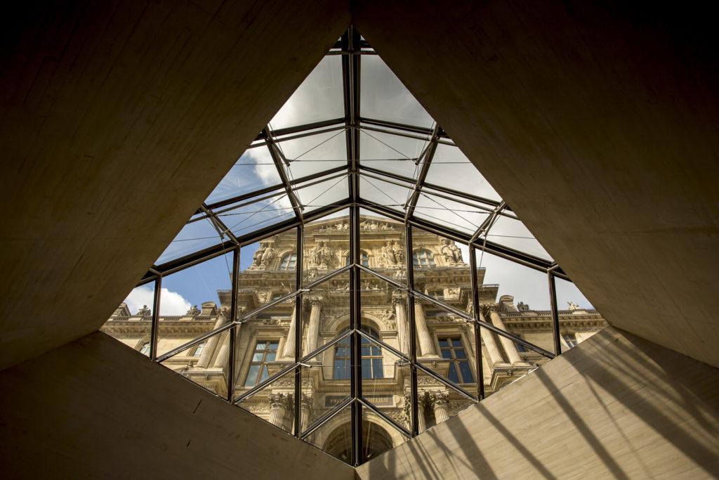 Detalle interior pirámide Museo del Louvre - París