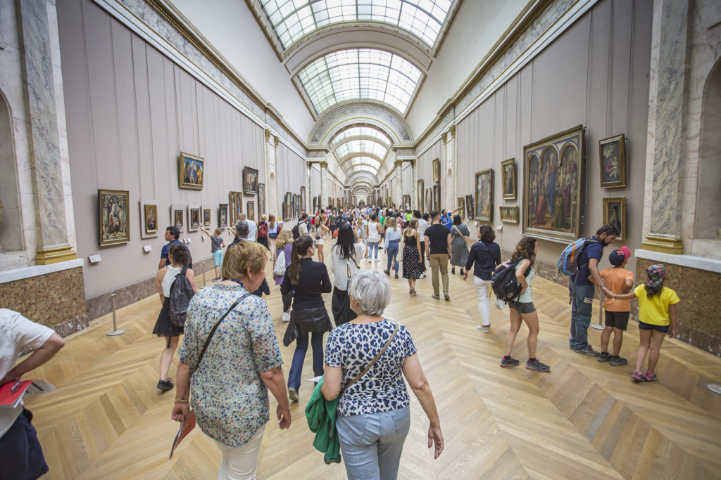 grupo de turistas dentro del Louvre - París
